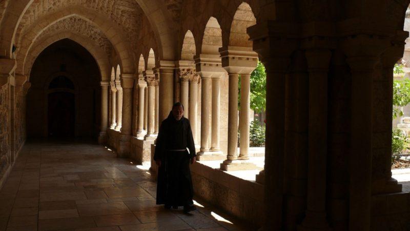 A legtöbb templom látogatható része egész nap tele hívőkkel. Ritka pillanat amikor a szerzeteseknek nem kell elvonulniuk ahhoz, hogy egyedül legyenek